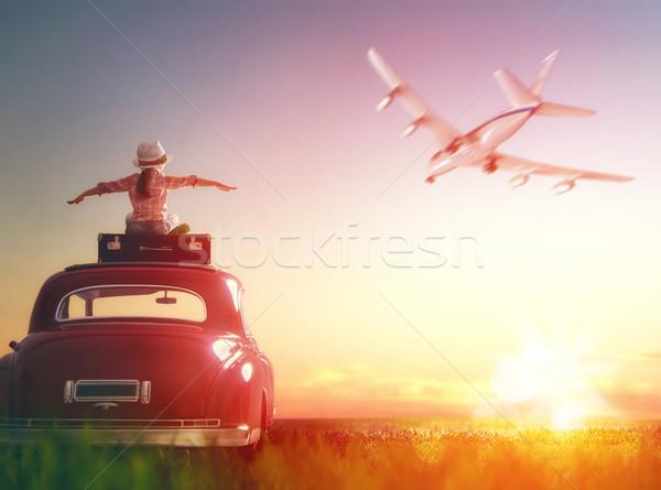 Menina sessão telhado carro aventura relaxante Foto stock © choreograph