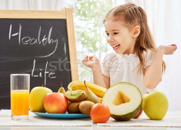 Vers fruit mooi meisje eten gelukkig kind vruchten Stockfoto © choreograph