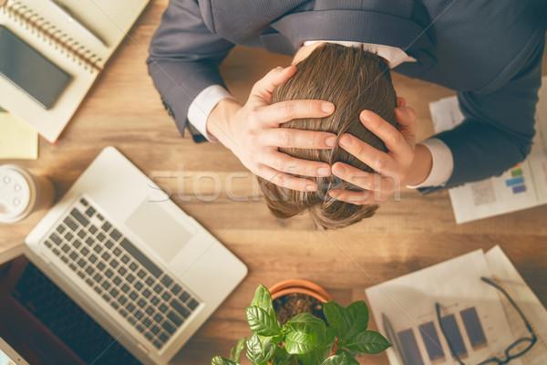 ビジネスマン パニック 若い男 座って デスク 手をつない ストックフォト © choreograph