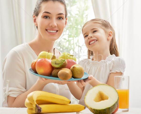 新鮮果物 幸せな家族 食べ 女性 ホーム フルーツ ストックフォト © choreograph