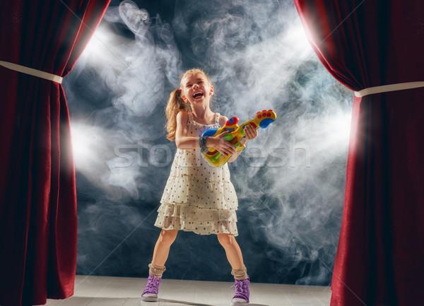 Meisje spelen gitaar fase cute weinig Stockfoto © choreograph