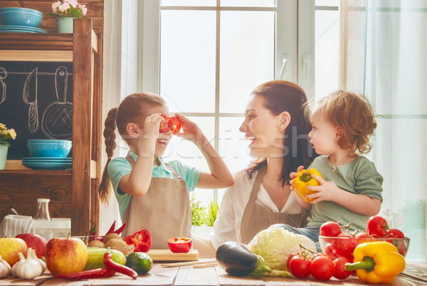Foto stock: Família · feliz · cozinha · alimentação · saudável · casa · mãe · crianças