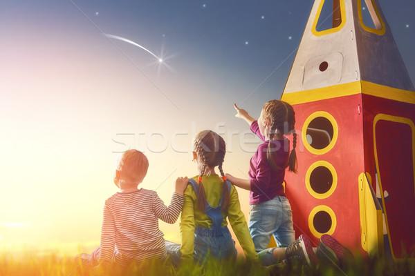 Ragazzi guardando cielo bambini giocare giocattolo Foto d'archivio © choreograph