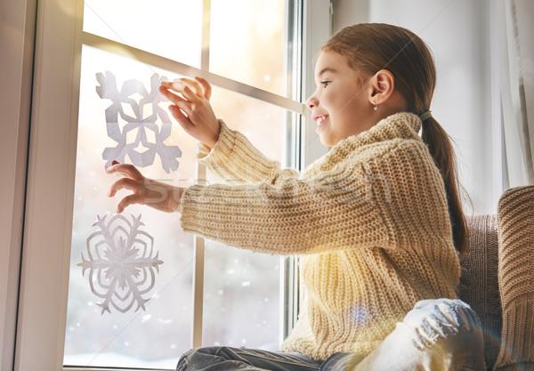 Enfant papier flocons de neige cute petite fille séance Photo stock © choreograph