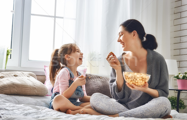 матери дочь еды попкорн счастливым любящий Сток-фото © choreograph