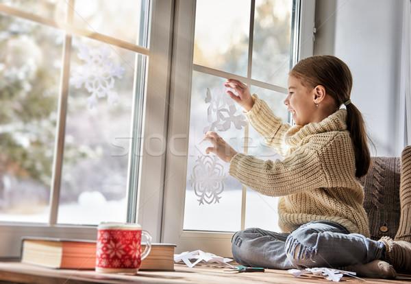 Criança papel flocos de neve bonitinho little girl sessão Foto stock © choreograph