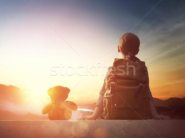 Jovem viajante mochila pequeno criança olhando Foto stock © choreograph