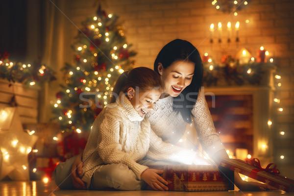 Famiglia magia scatola regalo allegro Natale felice Foto d'archivio © choreograph
