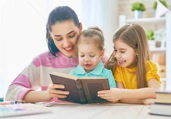 мамы детей чтение книга довольно молодые Сток-фото © choreograph