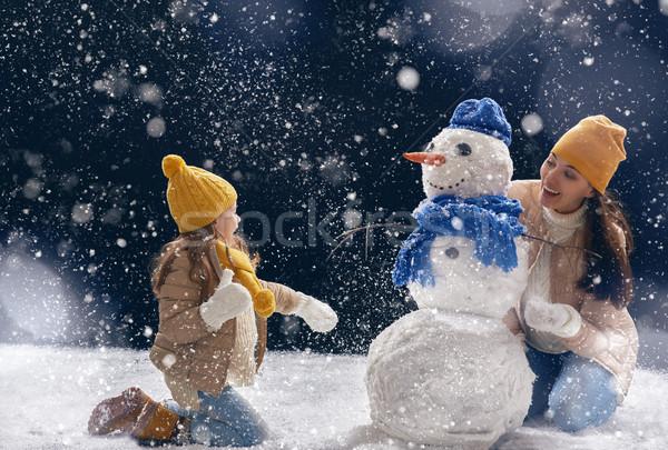 Moeder kind meisje gelukkig gezin winter lopen Stockfoto © choreograph