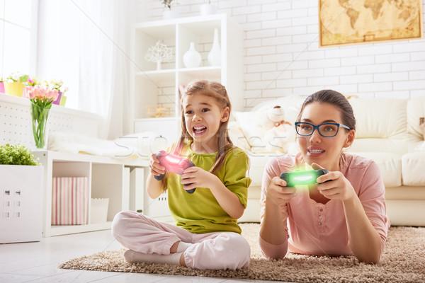 Spelen video games gelukkig gezin samen moeder kind Stockfoto © choreograph