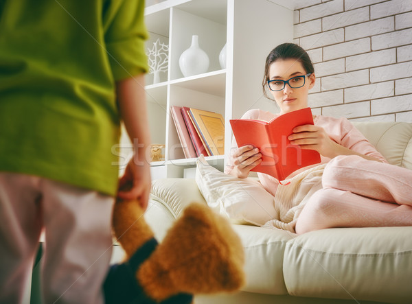Kind spielen mom Buch Bildung Mutter Stock foto © choreograph