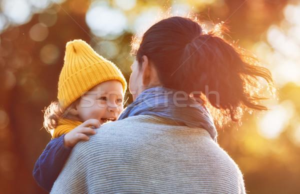 Stok fotoğraf: Aile · sonbahar · yürümek · mutlu · aile · anne · kız