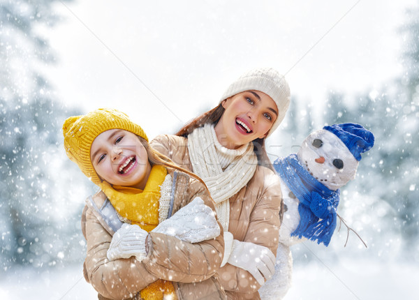 Moeder kind meisje winter lopen gelukkig gezin Stockfoto © choreograph