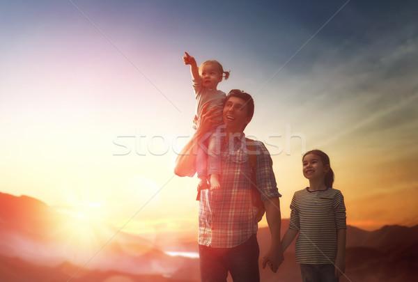 Foto stock: Pai · dois · crianças · pôr · do · sol · família · feliz