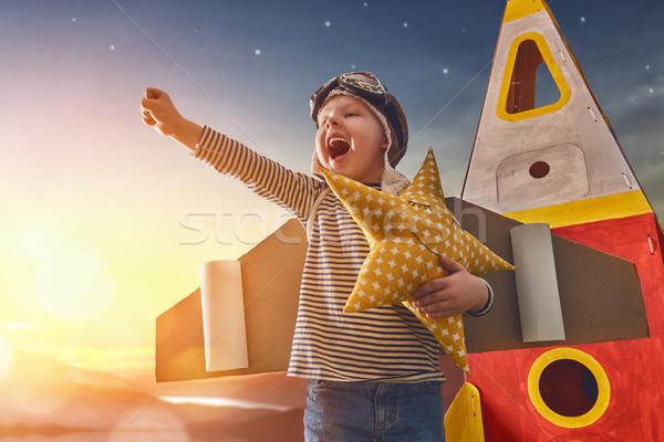 Kind astronaut kostuum speelgoed raket spelen Stockfoto © choreograph