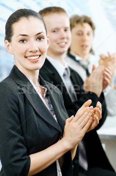354439_negócio-pessoas-equipe-sorrindo-jovens-escritório.jpg
