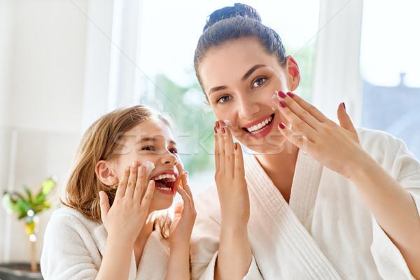Anya lánygyermek gondoskodó bőr boldog család gyermek Stock fotó © choreograph
