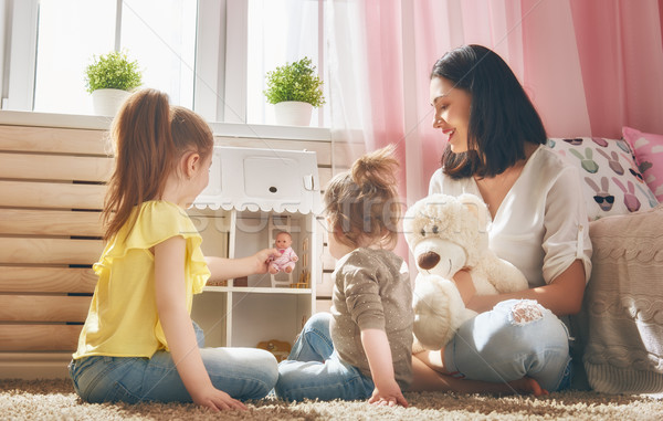 Madre jugar muneca casa feliz ninas Foto stock © choreograph