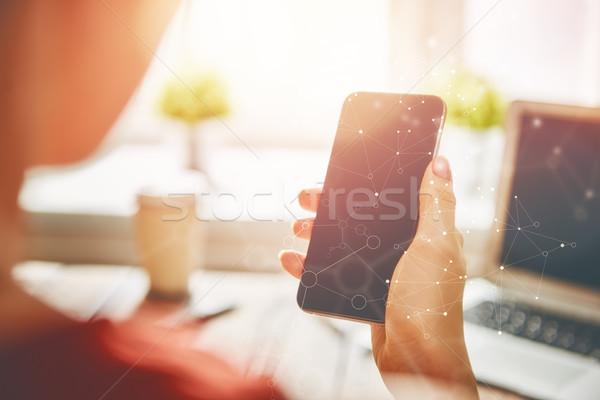 Kadın telefon gençler çalışma hareketli Stok fotoğraf © choreograph