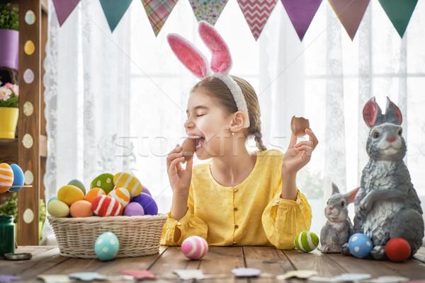 Gyermek eszik csokoládé tojások gyönyörű boldog család Stock fotó © choreograph