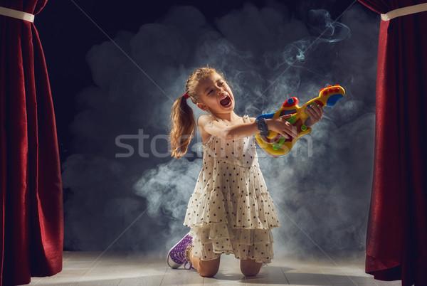 Menina jogar guitarra etapa bonitinho pequeno Foto stock © choreograph