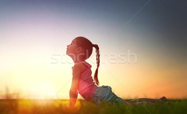 Meisje oefenen yoga kind park zonsondergang Stockfoto © choreograph