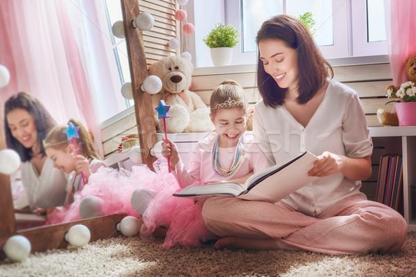 Anne kız okuma kitap mutlu seven Stok fotoğraf © choreograph