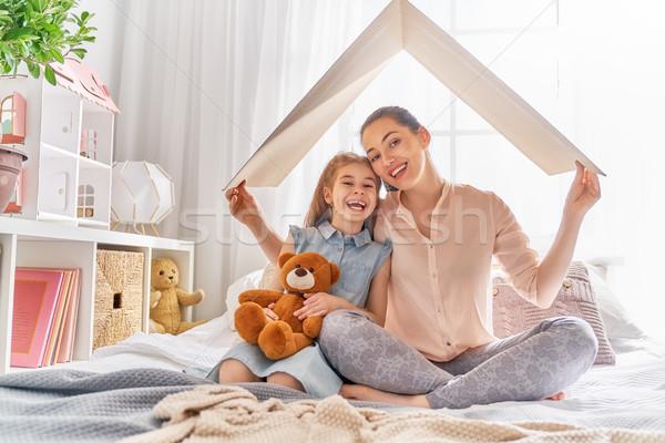 Carcasa tineri familie mamă copil fată Imagine de stoc © choreograph