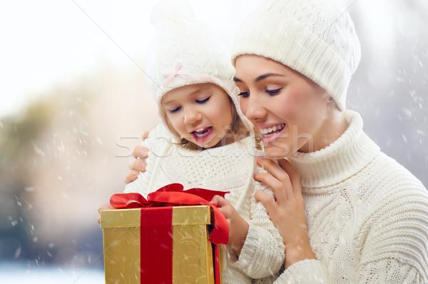 ストックフォト: クリスマス · ギフト · 幸せな家族 · 女性 · 家族 · 少女