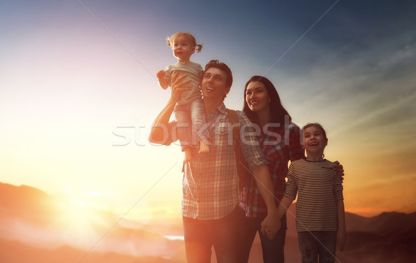 Foto stock: Família · pôr · do · sol · família · feliz · pai · mãe · dois