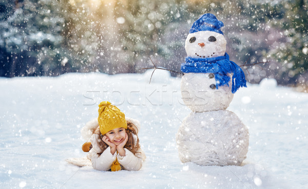 Meisje spelen sneeuwpop gelukkig kind winter Stockfoto © choreograph