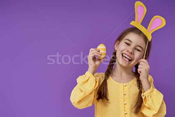 Lány színes tojás aranyos kicsi gyermek visel Stock fotó © choreograph