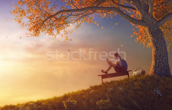 Dziecko czytania książki drzewo powrót do szkoły szczęśliwy Zdjęcia stock © choreograph