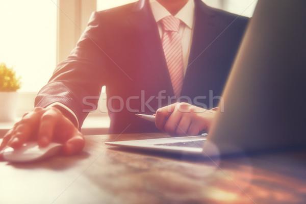 Zakenman werken kantoor laptop business handen Stockfoto © choreograph