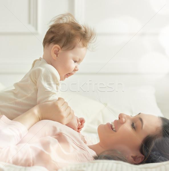 Moeder spelen baby gelukkig gezin slaapkamer familie stockfoto konstantin - Baby meisje slaapkamer foto ...