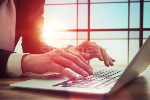 Zakenman werken kantoor laptop computer handen Stockfoto © choreograph