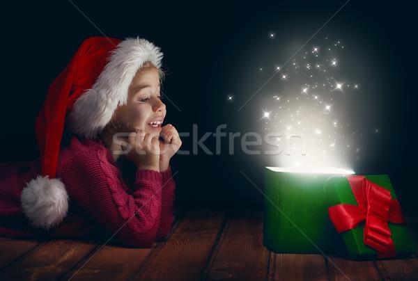 Magia caixa de presente bonitinho little girl abertura caixa Foto stock © choreograph