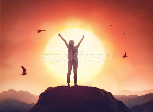 Reiziger rugzak jonge mooie vrouw naar zonsondergang Stockfoto © choreograph