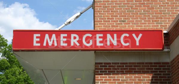 Urgence signe au-dessus entrée médecine Photo stock © chrisbradshaw