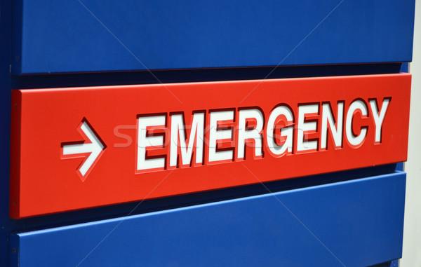 Podpisania niebieski czerwony awaryjne na zewnątrz szpitala Zdjęcia stock © chrisbradshaw