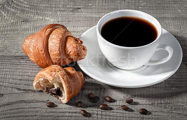 Café croissants mesa de madeira quebrado croissant grãos de café Foto stock © Cipariss