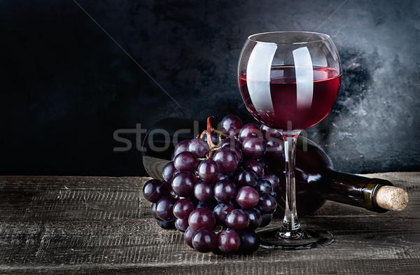 şarap üzüm şişe ahşap masa lies Stok fotoğraf © Cipariss