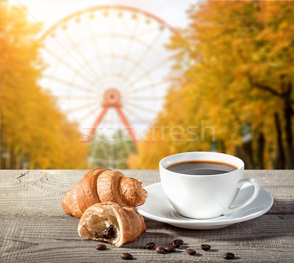 Csésze kávé croissantok fa asztal magvak dohányzóasztal Stock fotó © Cipariss