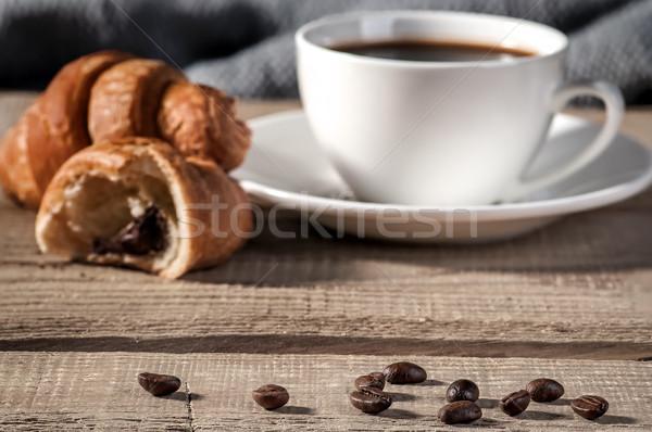 Kávé fa asztal elmosódott csésze kávé croissant Stock fotó © Cipariss