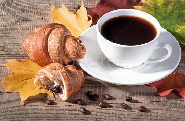 Kahve kruvasan ahşap masa akçaağaç yaprakları Stok fotoğraf © Cipariss