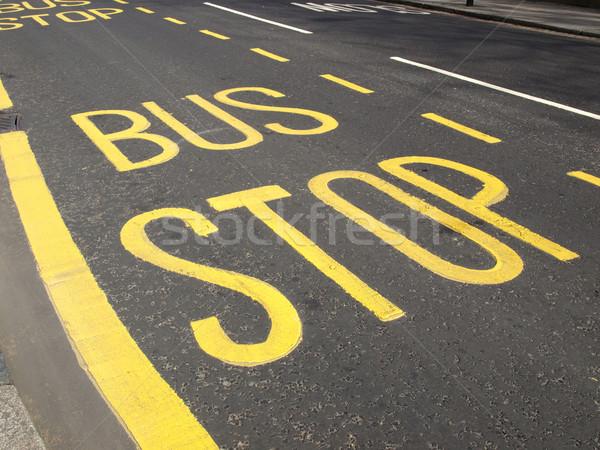 Parada de ônibus amarelo pintado assinar rua estrada Foto stock © claudiodivizia