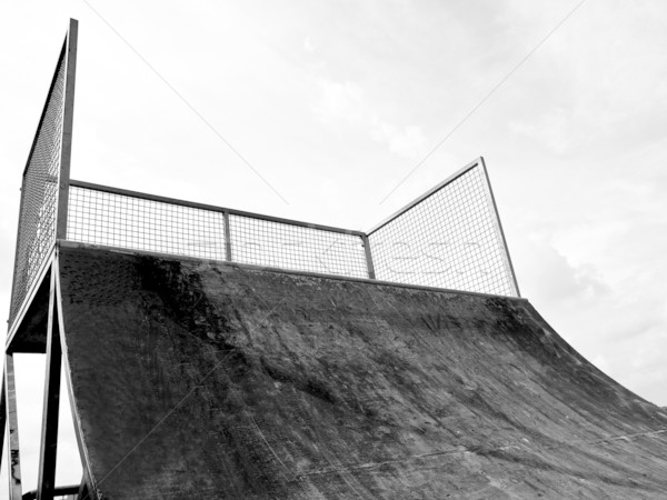 Skate rampe grunge point vue ciel bleu Photo stock © claudiodivizia