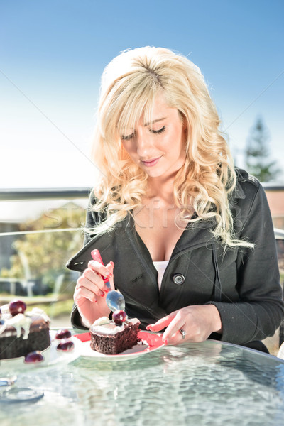 Mulher bolo de chocolate sobremesa belo mulher jovem café Foto stock © clearviewstock