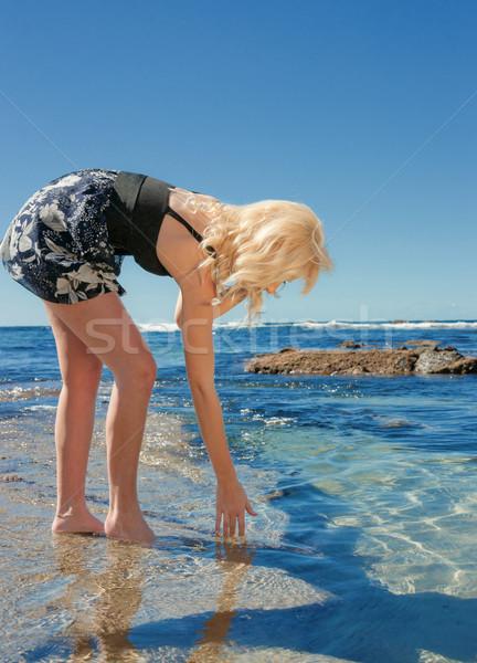 Stockfoto: Jonge · vrouw · zee · mooie · rotsen · vrouw · water